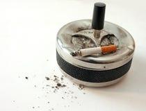 Sigaretta in portacenere Immagini Stock Libere da Diritti