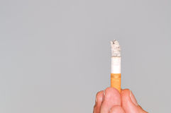 Sigaretta su fondo grigio Immagine Stock
