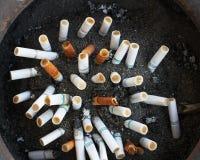 Sigaretta su suolo Immagini Stock Libere da Diritti