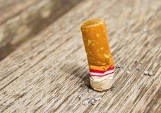 Sigaretta sul pavimento fotografia stock libera da diritti