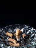Sigaretta sul portacenere Fotografia Stock