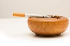 Sigaretta sul portacenere Immagine Stock Libera da Diritti