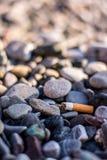 Sigaretta sulla spiaggia Immagine Stock Libera da Diritti