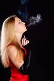 sigarette抽烟的妇女 库存照片