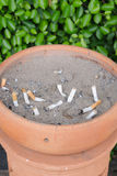 Sigarette affumicate in un portacenere sporco Immagini Stock Libere da Diritti