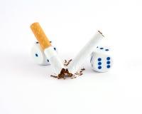 Sigarette con i dadi di gioco Fotografia Stock Libera da Diritti