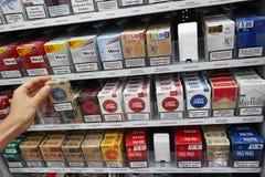 Sigarette d'acquisto Fotografie Stock Libere da Diritti
