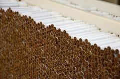 Sigarette di fumo in una pila Fotografie Stock Libere da Diritti
