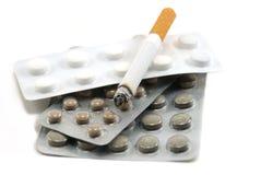 Sigarette e pillola Fotografia Stock Libera da Diritti
