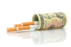 Sigarette e primo piano dei soldi Fotografie Stock Libere da Diritti