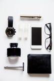 Sigarette elettroniche e gli accessori degli uomini sulla vista superiore del fondo bianco Fotografia Stock Libera da Diritti