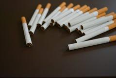 Sigarette meravigliosamente sparse sulla tavola fotografia stock libera da diritti