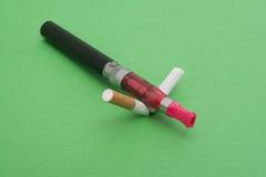 Sigarette rotte, smettenti fumo Immagine Stock