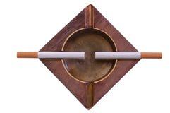 Sigarette sul portacenere. Isolato Immagine Stock