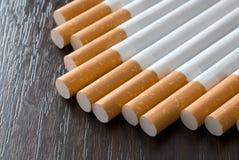 Sigarette sulla tabella nera Fotografie Stock Libere da Diritti