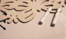 Sigarette sulla tavola della sabbia fotografie stock libere da diritti