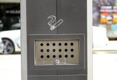 Sigarette in un primo piano pubblico del portacenere Fotografia Stock