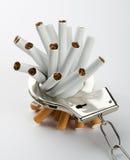 Sigaretten die aan handcuffs worden gesloten royalty-vrije stock afbeeldingen