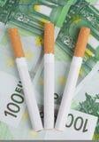 Sigaretten die op de rekeningen liggen Royalty-vrije Stock Afbeelding