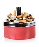 Sigaretten en oud asbakje Stock Fotografie
