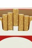 Sigaretten in geopende kartondoos Stock Afbeeldingen