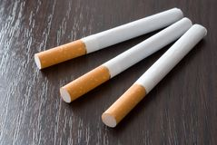 Sigaretten op de lijst Royalty-vrije Stock Foto's