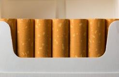 Sigaretten in pak stock afbeeldingen