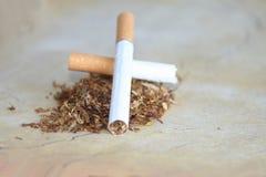 Sigarettepeuk en vuist stock afbeelding