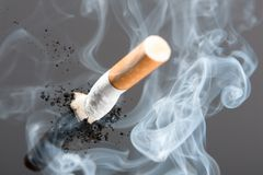 Sigaretuiteinde in rook royalty-vrije stock afbeelding