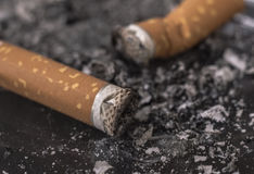 Sigaretuiteinden in Asbakje royalty-vrije stock fotografie