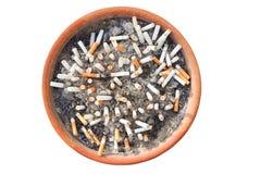Sigaretuiteinden in het asbakje op witte achtergrond wordt geïsoleerd die Het concept Wereld Geen Tabaksdag in 31 Mei, houdt op r Stock Foto