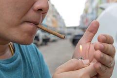 Sigaretverlichting omhoog Royalty-vrije Stock Fotografie