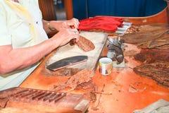 Sigari di recente rotolati Handmade nella fabbrica del tabacco immagini stock libere da diritti