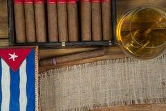 Sigari e rum o alcool sulla tavola Immagini Stock Libere da Diritti