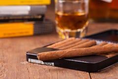 Sigari e whiskey sulla vecchia tavola di legno Immagine Stock Libera da Diritti