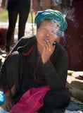 Sigaro birmano del sigaro spuntato del fumo della donna Immagine Stock