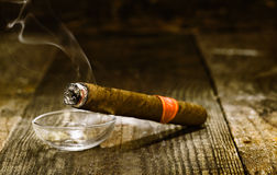 Sigaro cubano di lusso Burning immagine stock