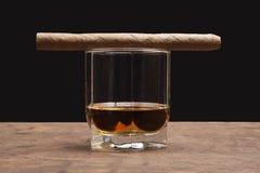 Sigaro e vetro di whiskey Immagine Stock Libera da Diritti
