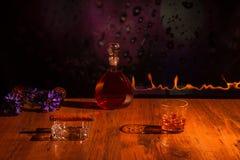 Sigaro e whiskey in un vetro con ghiaccio Fotografia Stock Libera da Diritti