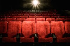 Sièges confortables vides dans le cinéma Images libres de droits