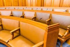 Sièges dans la conférence ou la Chambre du conseil Bois et cuir Image stock