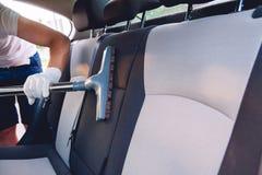 Sièges de voiture de nettoyage de vide Images libres de droits