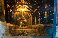 Sighisoara, μέσα της καλυμμένης σκάλας στοκ εικόνες