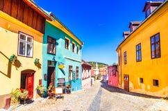 Sighisoara, Румыния: Известный камень вымостил старые улицы с красочными домами в средневековой город-крепости стоковое фото rf