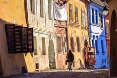 Sighisoara, a Transilvânia, Romênia, 2012: Casas coloridas no Fotos de Stock