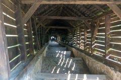 SIGHISOARA, TRANSYLVANIA/ROMANIA - 17 DE SEPTIEMBRE: Túnel de madera imagenes de archivo