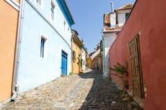 Sighisoarastraat met kleurrijke middeleeuwse gebouwen stock afbeelding