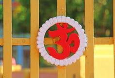 Sighn rojo de OM en las puertas del templo Foto de archivo libre de regalías