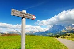 Sighnpost in Seiser Alm, il prato alpino di più grande elevata altitudine in Europa, montagne rocciose di stordimento sui precede Immagini Stock Libere da Diritti