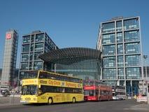 Sighten bussar framme av Berlin Main Station Arkivfoton